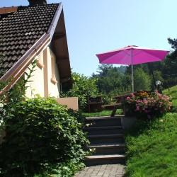 Jardin privatif, table , barbecue.
